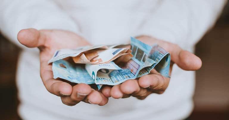 novac u rukama