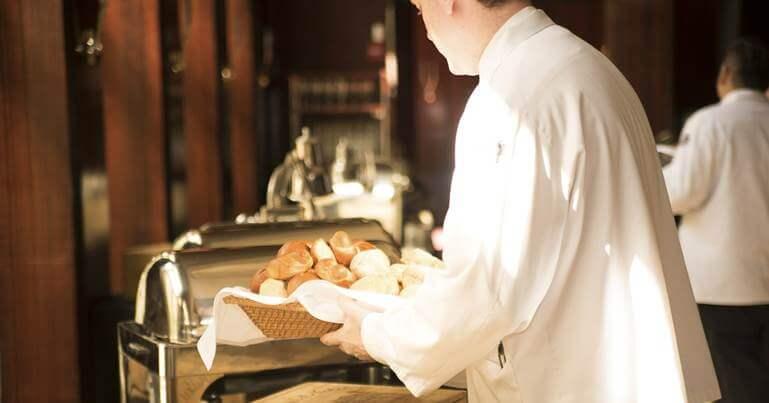 konobar sluzi hleb
