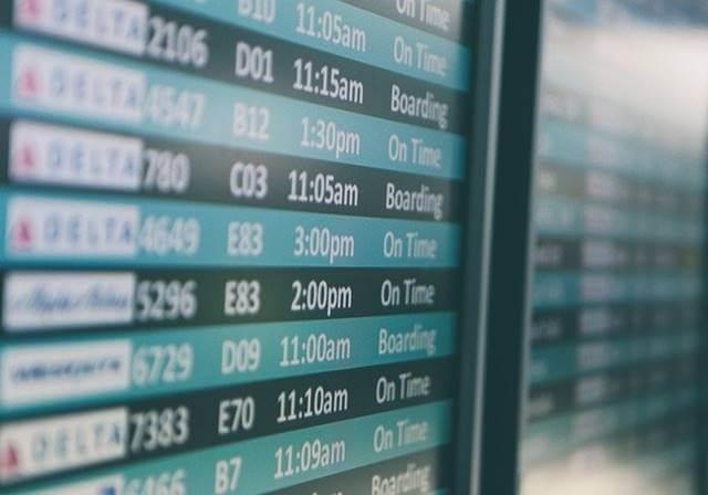 Datumi i vreme polaska letova na monitoru koji se nalazi na aerodromu